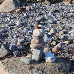 An der Steilküste gab es genug Steine um kreativ zu werden.